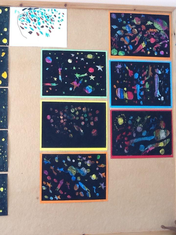 Το διάστημα. Χρωματίζουμε το χαρτί με λαδοπαστέλ σε διάφορα χρώματα, καλύπτουμε όλη την επιφάνεια με μαύρο λαδοπαστέλ και ζωγραφίζουμε με ξυλάκι από σουβλάκι, που ξύνει τη μαύρη και αποκαλύπτει τη χρωματιστή στρώση - Νηπιαγωγείο Σγουροκεφαλίου