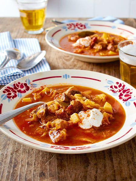 Szegediner Gulasch-Suppe mit Sauerrahm