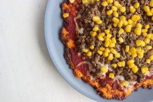 Pizza med gulerodsbund   Opskrift gulerod diæt bund: 4 gulerødder 1 æg 1 spsk HUSK (kan udelades) 1 dl revet ost (her er der brugt mozzarella) 1 fed hvidløg Salt og peber ½ tsk oregano ... fitfamdk diet morot botten morötter recept ost=kvarg lågkalori majs nötfärs köttfärs lök svamp