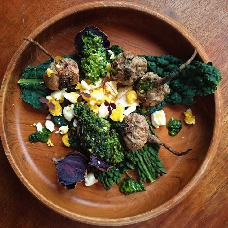 Saltrostade betor med rört kålsmör och mosat ägg, lite oxalis från köksfönsterodlingen ger extra färg och syra.