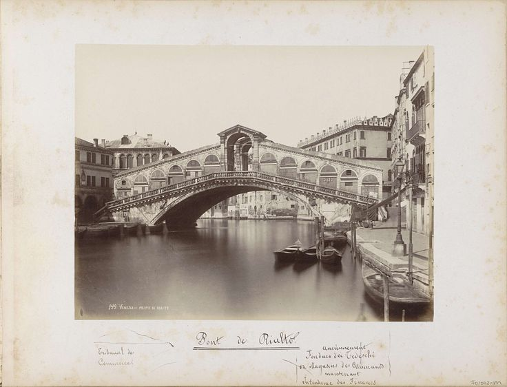 Carlo Ponti | Rialtobrug over het Canal Grande in Venetië, Carlo Ponti, 1860 - 1881 | Onderdeel van Topografisch album van Venetië 1881.