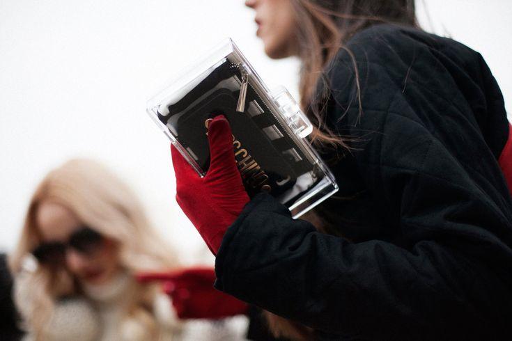 """Marcas """"low Cost"""" como ZARA aportan también en este listado de tendencias del """"street style"""" con su """"clutch transparente""""; pequeños bolsos transparentes con una bolsa bicolor en su interior para permitir ver algunos accesorios que se portan en ella."""