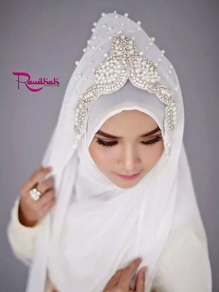 Wedding Hijab All White.  http://weddinghijab.blogspot.com/2015/01/set-qisha-daun-white-beads-white.html