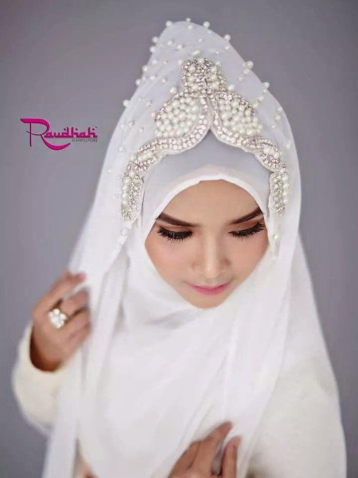 Wedding Hijab All White.  http://weddinghijab.blogspot.com/2015/01/set-qisha-daun-white-beads-white.html