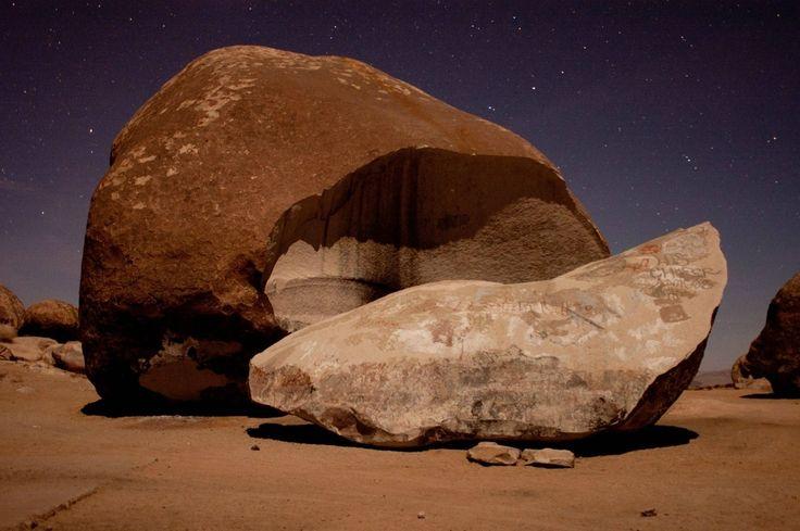 Giant Rock je skutočný prírodné krásy a ten, ktorý musíte vidieť, zatiaľ čo na ceste do Landers. Balvan je v Mohavskej púšti a má rozlohu 5800 štvorcových stôp. Skala je sedem príbehov vysoký a je známe, že je najväčší voľne stojace skalné na svete.Kalifornia