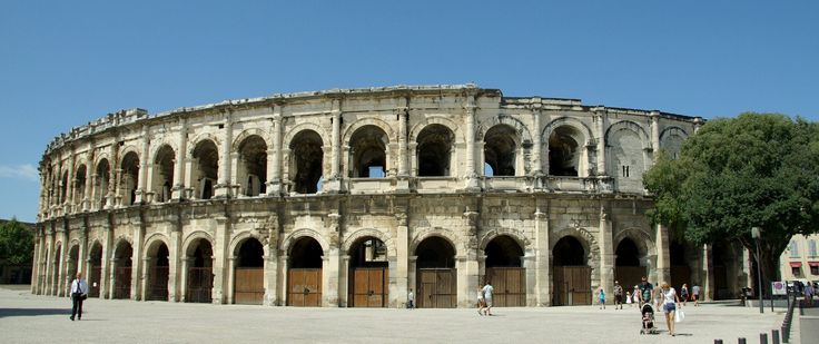 Les Arenes de Nimes (façana) | The Arena of Nîmes, a Roman amphitheatre situated in Nîmes. Built around AD 70, it was remodelled in 1863 to serve as a bullring.