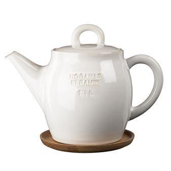 Tekannan i stengods från Höganäs håller både ditt och dina vänners te varmt! Vacker och gedigen rymmer den 1,5 liter och smaksätter ditt te direkt i kannan med den praktiska silen av metall. Höganäs tekanna är inspirerad av det klassiska Höganäskruset och finns att köpa i flera färger. Tekannan är en produkt ur Höganässerien och kombineras gärna med någon av de vackra temuggarna. För att undvika ringar på ditt bord, medföljer ett praktiskt och snyggt träfat.