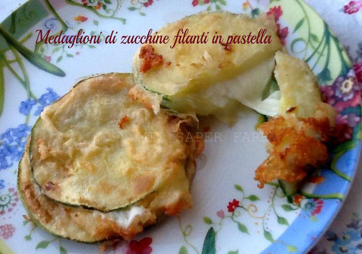 I Medaglioni di zucchine filanti in pastella sono sfiziosi e semplici. Un cuore morbido di mozzarella e un esterno croccante tipico dei fritti in pastella.