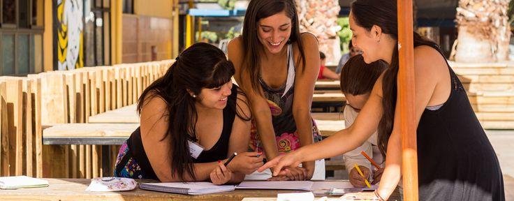 """""""En el siguiente artículo se proponen una serie de estrategias que a juicio de los autores, promueven el desarrollo de aprendizajes significativos en los a"""