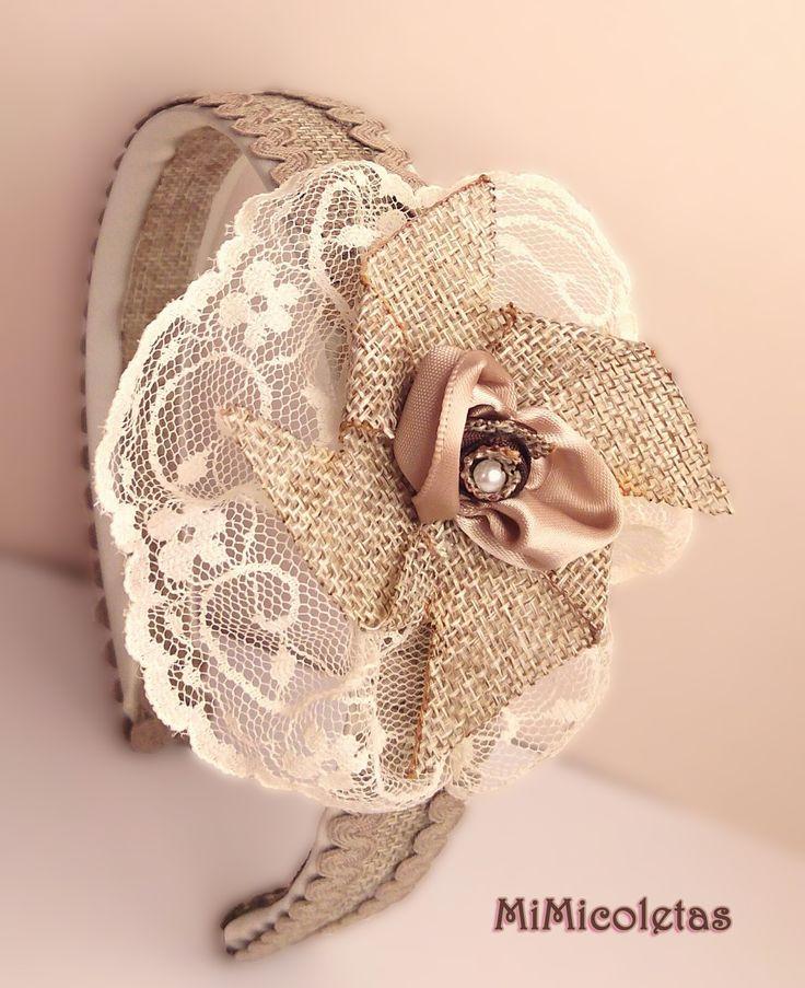 Diadema con colores vintage.  Diadema hecha a mano cuidando el mínimo detalle. Realizada con encaje de chantillí en tono marfil, yute y ondulina. Perfecta para llevar en cualquier momento especial.