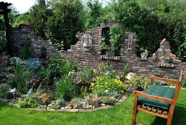 Ganz viel grün lädt in diesem Garten zum Verweilen ein. Eine aus Bruch- und Ziegelsteinen errichtete Steinmauer wird durch diverse Dekor-Elemente aufgelockert, die den Anschein einer Ruine erweckt.