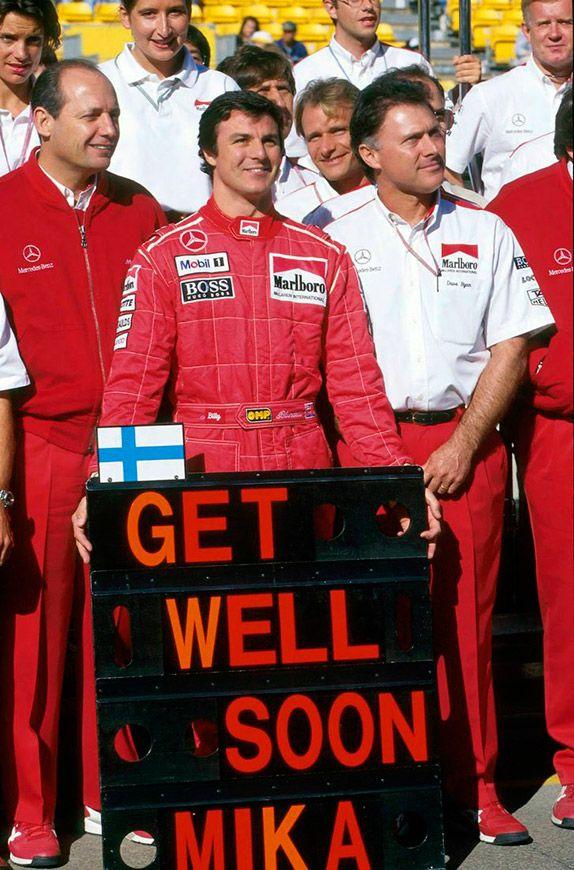 Марк Бланделл и команда McLaren с сообщением скорейшего выздоровления Мике Хаккинену