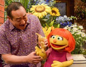 sesame street presenta a julia un muppet con autismo.