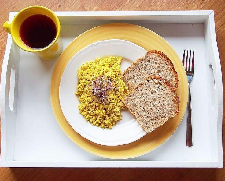 Tofucznica czyli jajecznica bez jaj . // Tofu tastes like scrambled eggs (but without eggs ). #tofu #tofucznica #wege #jedzenie #śniadanie #sniadanie  #nietolerancjapokarmowa #zamiastjaja #wegańskie #wegetariańskie #veganfood #foodpic #foodpics #eat #hungry #bezjaj #bezjajek #vegan #veganfoodshare #healthyeating #breakfast #supper #bezjajka #bezjajkurzych #weganskie #kubek by szybkiegotowanie