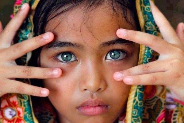 Una niña con manto                                                                                                                                                                                 Más