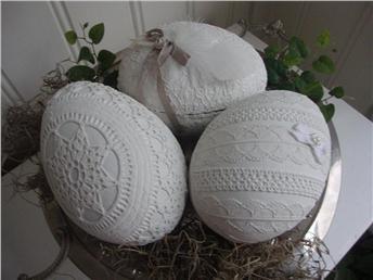 260 kr 3 stycken gamla påskägg som jag målat vita och dekorerat med virkat,band och spets.Kan fyllas med godis eller bara ha som dekoration. Mått: 13 cm. långa och bredden ca.9 cm.?