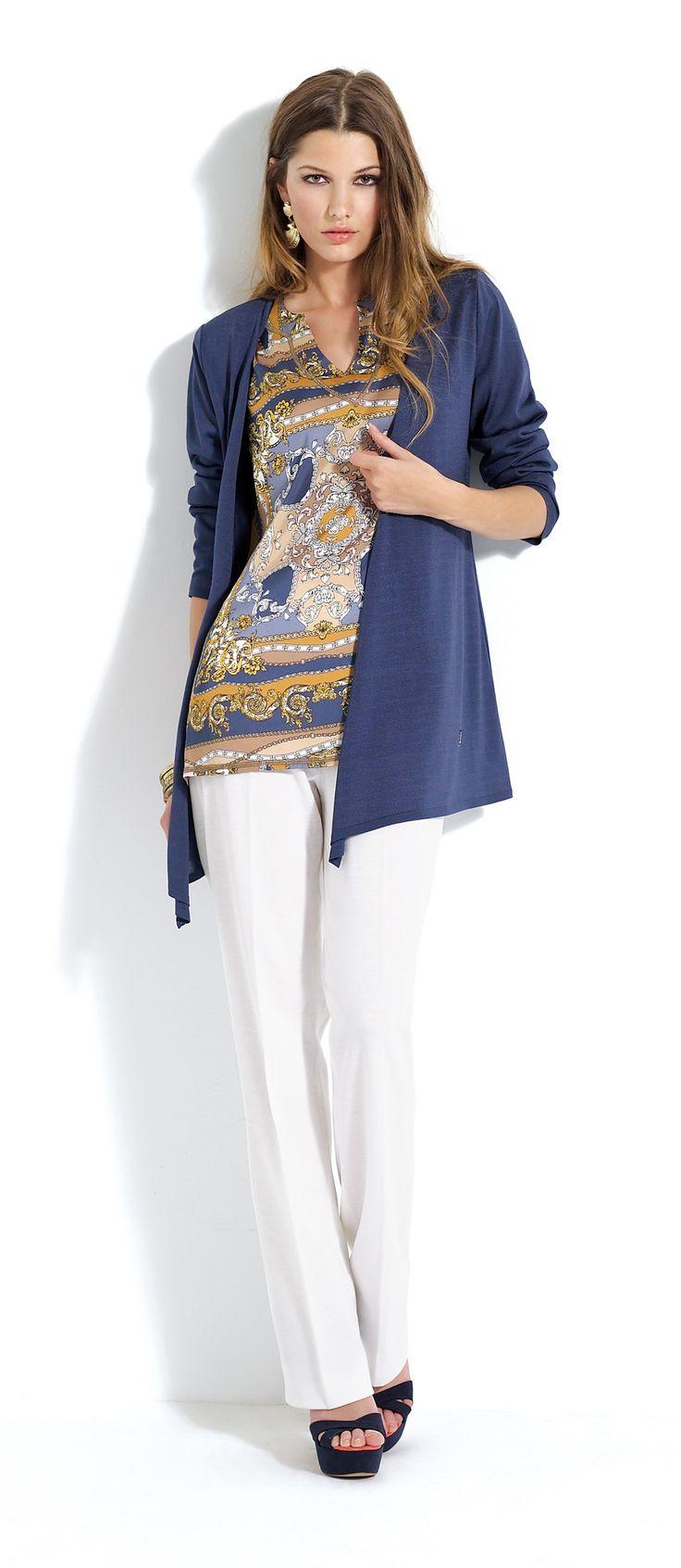 Pantalón blanco con blusa de estampado étnico y rebeca azul marino.  #trousers #white #cardigan #blue