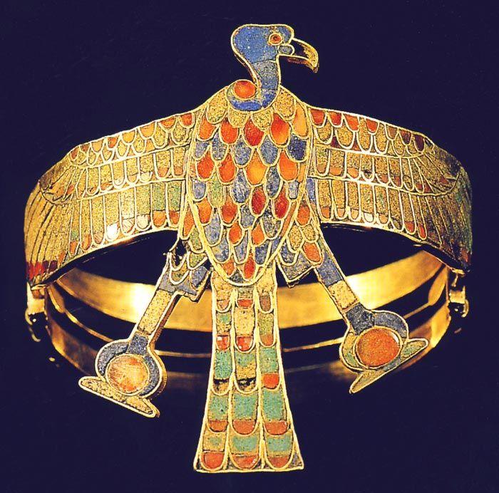 Vista frontal del buitre en el brazalete, con ángulo ligeramente oblicuo. Tomado de la publicación de H. Wolfang Müller y E. Thien, El oro de los faraones, Madrid, 2001, p. 131.