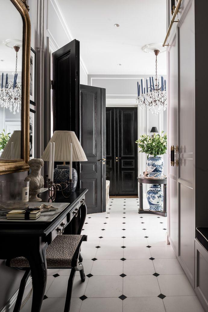 Med attraktivt läge i första kvarteret ovan Strandvägen ligger denna smakfullt renoverade våning av högsta klass. Våningen har tre vackra rum i fil mot Kaptensgatan. Stort vardagsrum med vackra originalstuckaturer och fungerande kakelugn. Salong/tv-rum med platsbyggd förvaring. Upp till två rymliga sovrum. Exklusivt badrum med badkar och dusch. Gäst wc. Våningen håller genomgående högsta klass i en internationell stil. Välskött förening med representativ entré. Förening med mycket god…