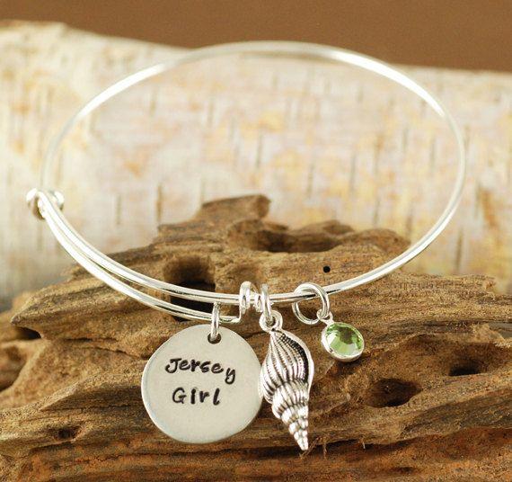 Jersey Girl Bangle bracciale - Shell Jewelry - mano timbrato bracciale - Beach gioielli di AnnieReh su Etsy https://www.etsy.com/it/listing/198056839/jersey-girl-bangle-bracciale-shell