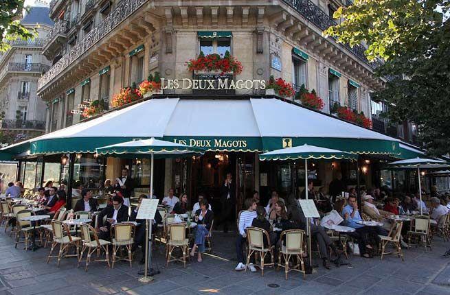 Es Les Deux Magots, un cafe en Paris. Es muy popular con las personas inteligentes.