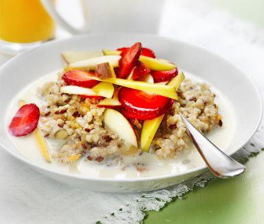 Söker du ett recept på en mättande frukost som dessutom smakar bra? Prova då denna grymt goda gröt där grynblandningen får svälla i vatten över natten med till exempel torkade aprikoser. Avnjut din nykokade gröt med färsk frukt eller äppelkompott.