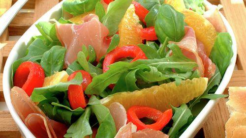Sommerlig salat med spekeskinke og yoghurtdressing - Sunn - Oppskrifter - MatPrat