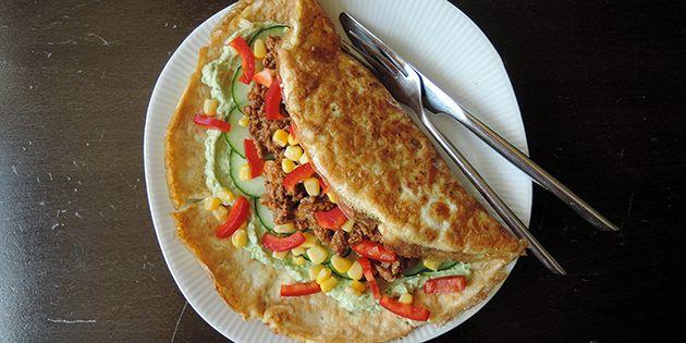 Skønne æggewraps med mexicansk fyld, der består af hakket oksekød, guacamole og en masse friske grøntsager, der gør pandekagerne både sunde og friske.