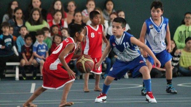 Aunque compiten sin tenis, niños triquis tienen paso triunfador en torneo de basquetbol