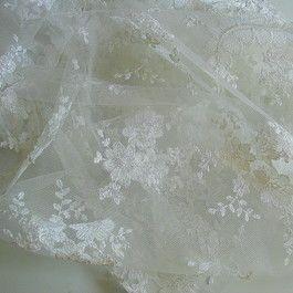 Stoff Creme-Weiß Blümchen/Blätter Spitze