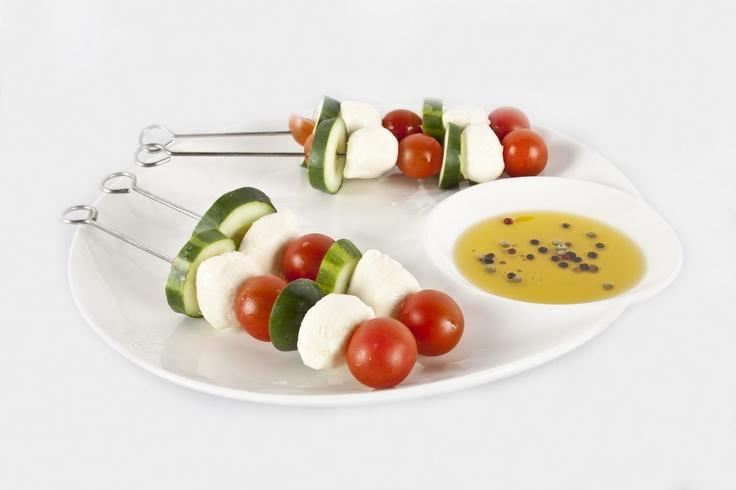 Los pasabocas pueden ser deliciosos y muy saludables, como estos pinchos de queso con tomates.