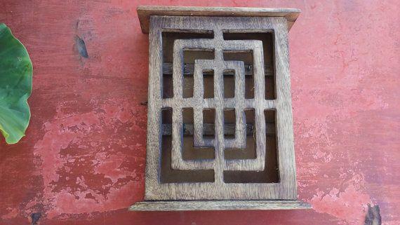 Vintage Holz handgeschnitzt Regal, zentrale Ablage, Wanddekoration, Wandbehang, Collectibles, handgefertigte Key Rack, kunstvoll geschnitzten Holz-box  Guter Zustand, einige Zeit tragen, überprüfen Sie bitte Fotos. Sie müssen einen kleinen Haken Schließen hinzufügen  Er misst ca. 25 x 20,5 cm (9,7  x 8,2 )  fast 5,5 cm tief (2,2 )  Es hat 6 Haken für Schlüssel.