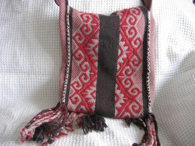 Maria Jose Villegas  telar mapuche(vertical)diseños mapuches-tehuelches lanas ovinas hilado mano/industrial/lanas nylon