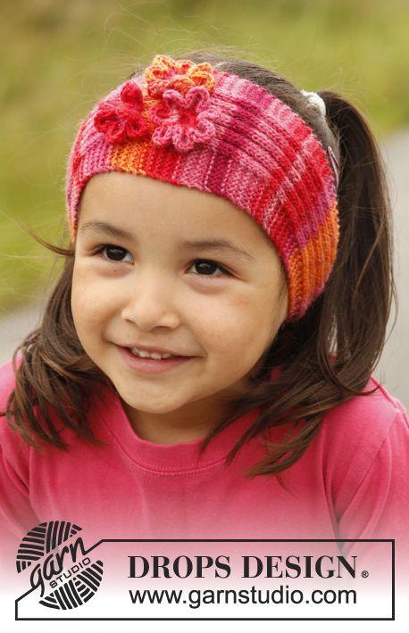"""Banda para la cabeza DROPS tejida en punto resorte, con flores en ganchillo / crochet, en """"Fabel"""". Tamaño: 3 a 12 años. ~ DROPS Design"""