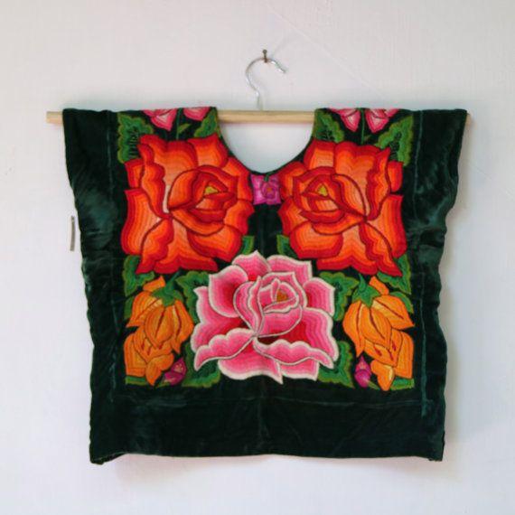 Traje Tehuantepec, terciopelo verde (T83) flores bordadas a mano de colores. Oaxaca, México. Frida Kahlo style, vintage Falda (enagua) con olán plisado blanco. Huipil Ancho 47cm  Largo 45 cm. Enagua Cintura 84 cm.  Largo 70 cm. + 29 cm  Ruedo bajo 2.70m. FRIDA KAHLO STYLE Estado de conservación BUENO ¡La textura y color de la tela es sumamente especial! El color de la prenda puede variar ligeramente a la presentada en la fotografía. Las piezas que vendemos en Shkaála han sido seleccionadas a…