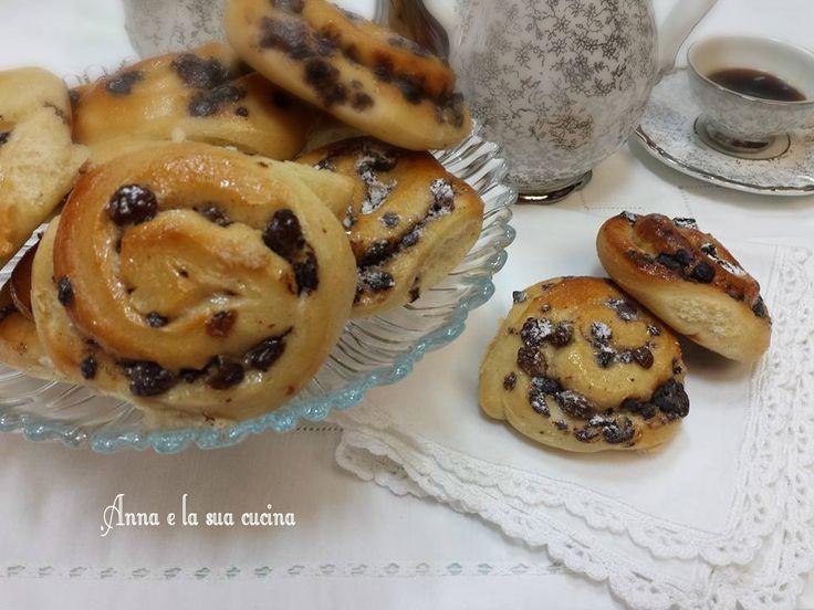 Girelle con crema alla cannella sono preparate con un impasto veloce di pan brioche, farcite con una leggera crema alla cannella, uvetta e cioccolato.