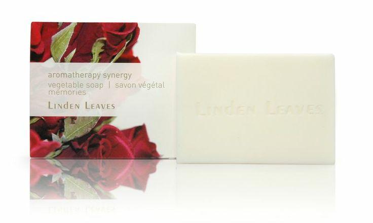 Vegetable soap set - Memories : Un ensemble de deux doux savons végétaux enrichie en huiles d'églantiers et d'avocats certifiés biologiques et parfumés d'un luxueux mélange de rose, de géranium et d'ylang-ylang.  Joliment enveloppés dans une feuille de papier imprimée avec de l'encre végétale écologique.  Volume: 2 x 100g #savon #soap