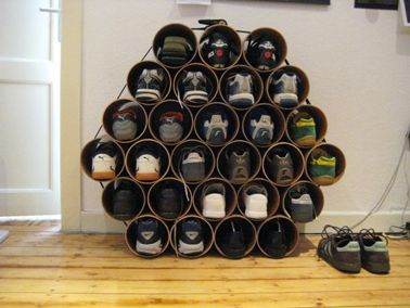 Une case pour ranger les chaussures une par une. Pour faire tenir la pyramide de tubes PVC, de la colle et une sangle pour le côté déco