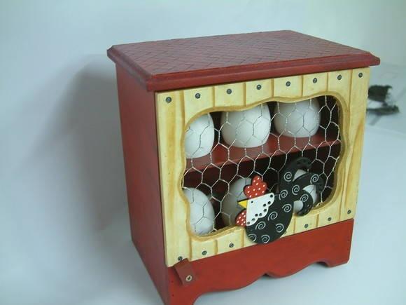 Porta ovos em mdf com pintura country e aplique. Capacidade 01 dúzia de ovos. R$ 60,00