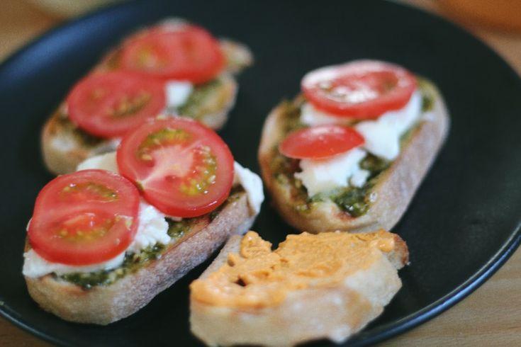Gegrilde ciabatta met pesto, mozzerella en tomaat en de andere met zongedroogde tomaat - basilicum hummus van de Lidll