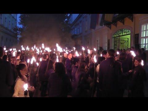 A selmecbányai hagyományokat őrző Miskolci Egyetem végzős bányász, bölcsész, egészségügyi, gazdász, gépész, jogász kohász hallgatói 2014.06.25.-én, szerdán este vettek búcsút Miskolc várostól. A Selmeci nótákat éneklő, bányászlámpákkal és fáklyákkal vonuló hallgatók és oktatók szalamandere a Városház térről indult, a Széchenyi és a Kazinczy utcán át a Petőfi térre. A kari zászlók átadása után elénekelték a karok himnuszait.