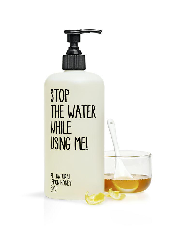 ALL NATURAL LEMON HONEY SOAP Gerade anspruchsvolle Haut profitiert von der sanften und reinigenden Wirkung von Honig, wenn er mit Wasser emulgiert. Der Zusatz der Zitronen aus biologischem Anbau sorgt bei der Seife für einen leichten, frischen Duft und vitalisiert nachhaltig. Kein Wunder, dass nun selbst tägliche Rituale wie Händewaschen zum Genuss werden. http://www.best-kosmetik.de/marken/stop-the-water-while-using-me/all-natural-lemon-honey-soap-500-ml.html