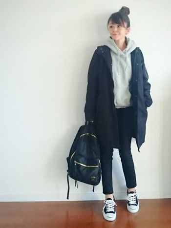 モッズコートにグレーパーカー、黒スキニーの大人カジュアルなラフでシンプルなスタイル。パーカーにギンガムチェックのシャツをINして、裾からほんの少しチラ見せするのがポイント◎