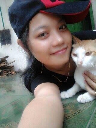 Foto kiriman Syaqila Salwa Aurelia  Kucing adalah hewan yang paling sangat aku sukai, bentuk wajahnya menggemaskan, imut, lucu, apalagi kalau tubuhnya bersih, bulunya halus banget, dan kerawat tambah cakep ya, pokoknya tambah ngegemesin banget. Setiap hari kucingku ini tidur sama aku kadang aku jalan dia ikut, makan ikut, aku sayang banget sama kucingQu.. Semoga kucingku ini sehat selalu ya.. Amin #AnimalLoversEMCO