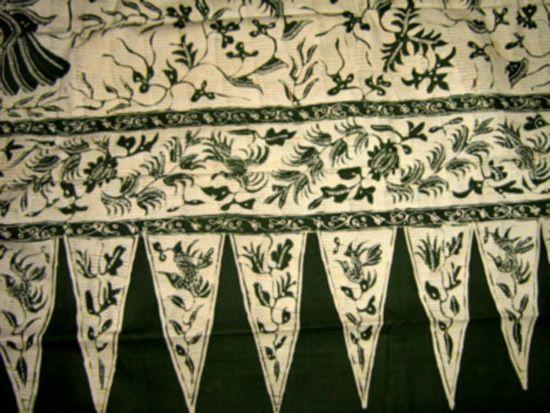 Pinggiran.   Son los distintos diseños utilizados como borde de la tela, usualmente colocados solo a un lado en los teñidos destinados a indumentaria.  batik-minangkabau-koleksi-pribadi2.jpg (550×413)