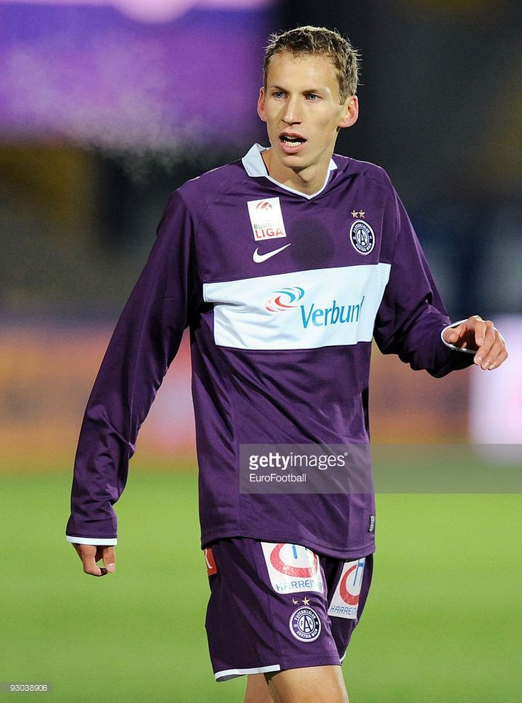 florian-klein-of-austria-wien-in-action-during-the-bundesliga-match-picture-id93038906 (760×1024)