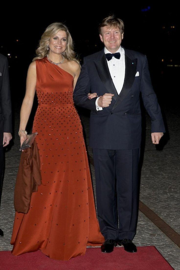 18 maart 2015 Koningin Máxima en Koning Willem-Alexander arriveren voor het avondprogramma op de tweede dag van het staatsbezoek aan Denemarken. De Koningin droeg voor de avond een rode jurk van de Nederlands-Deense ontwerper Claes Iversen.
