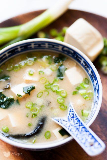Zamiast klasycznego rosołuz kury można wybrać roślinny wywar pełny bogatych aromatów. Jednak gdyłapie nas przeziębienie, komuchce się stać kilka godzin nadgotującym się bulionem? Naratunek nadciąga zupa miso, gotowa w10 minut – anawet mniej! Zupę miso… Read More