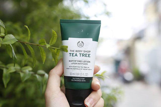 Kem Nền The Body Shop Tea Tree BB Cream với tác động kép giúp che phủ hoàn hảo đồng thời chữa trị các đốm mụn cực hiệu quả.