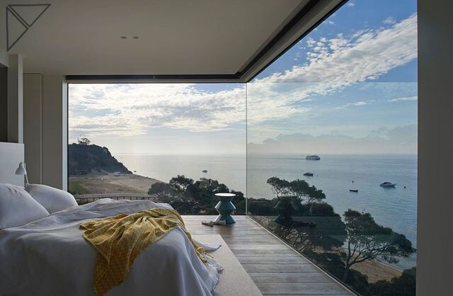 Quarto espetacular da residencia Point King, uma luxuosa casa de praia na Península Mornington, na Australia,  projeto do Studio Hassell. Foto: Earl Carter. || Spetacular bedroom of the Luxury beach house Point King in Australia, Peninsula Mornington by Studio Hassell. Photo: Earl Carter.